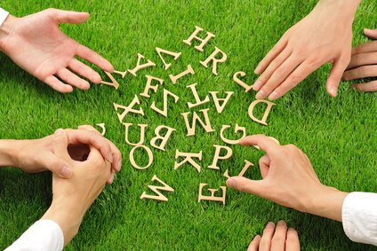 アルファベットを囲む手