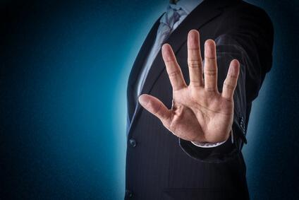 手を突き出すビジネスマン