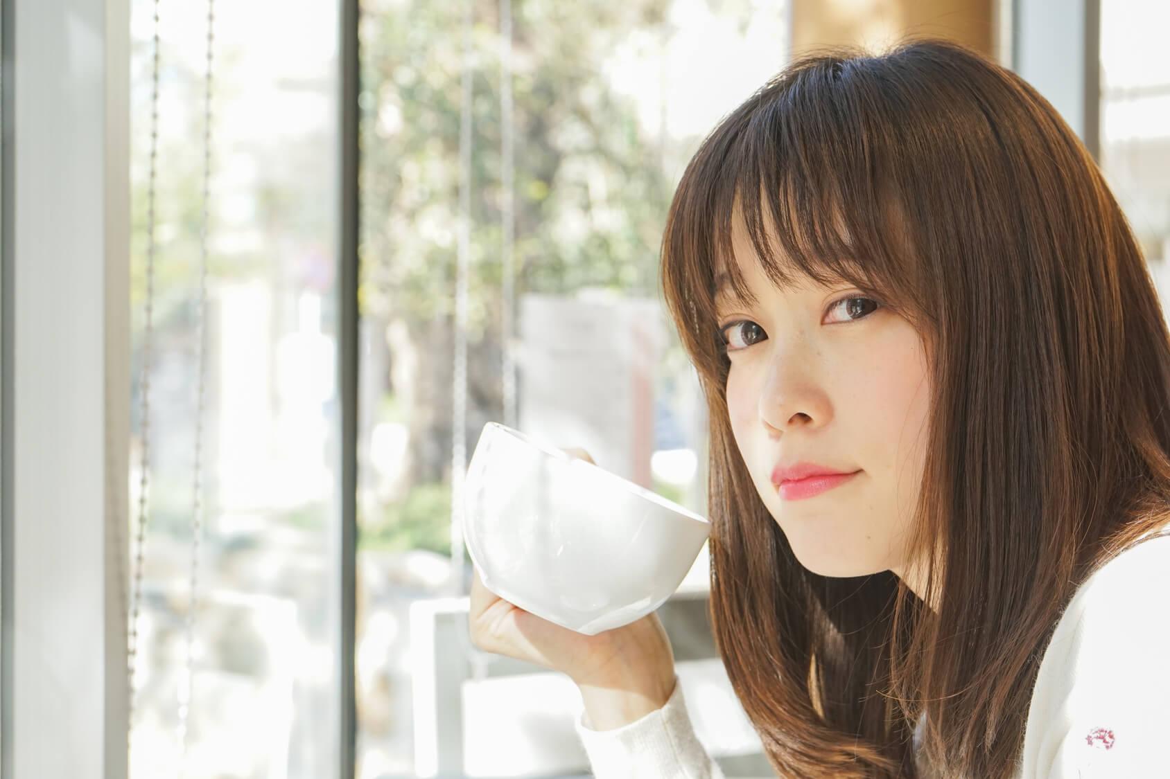 コーヒーカップと女性