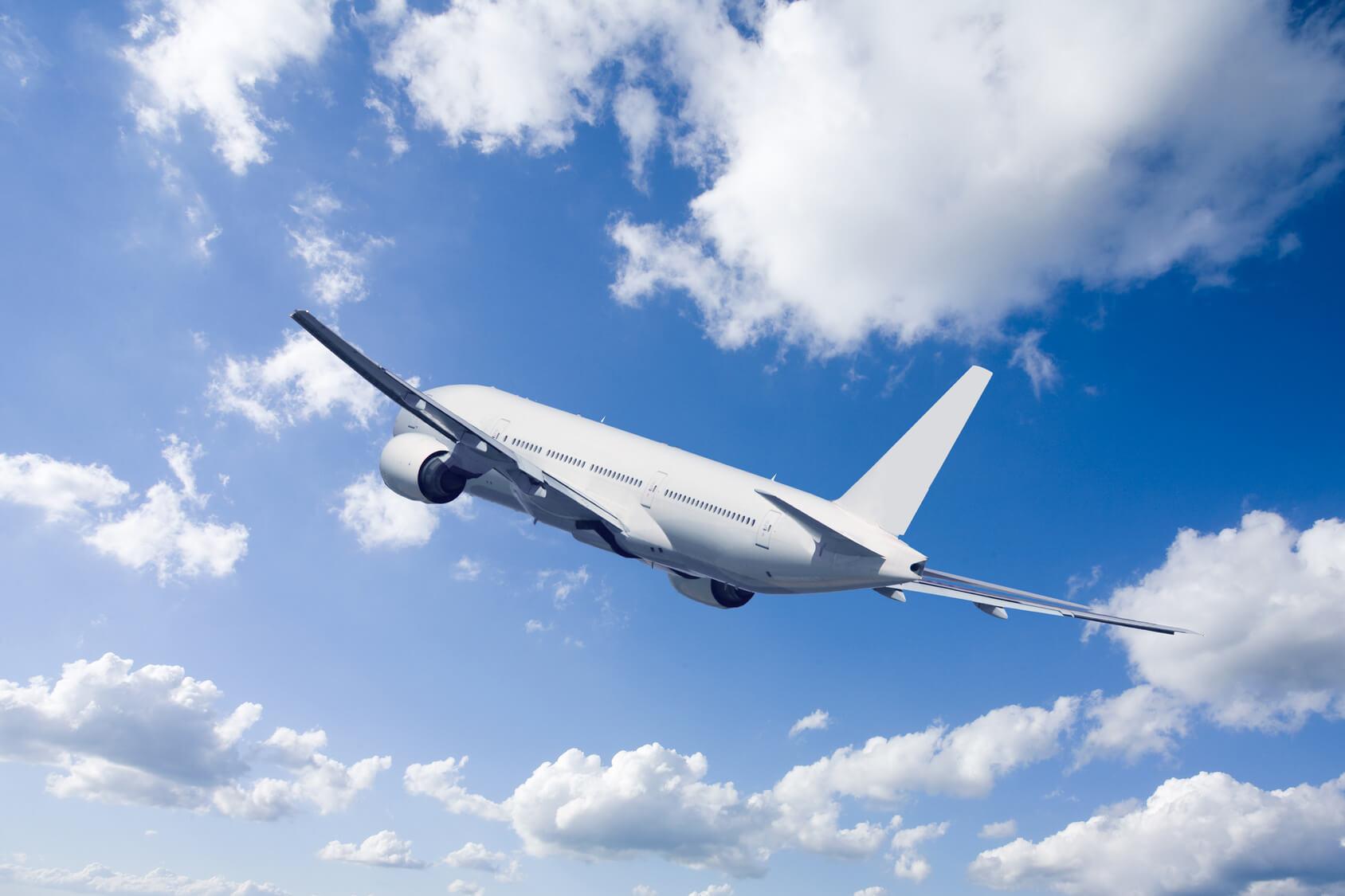 飛行機が空を飛んでいる写真