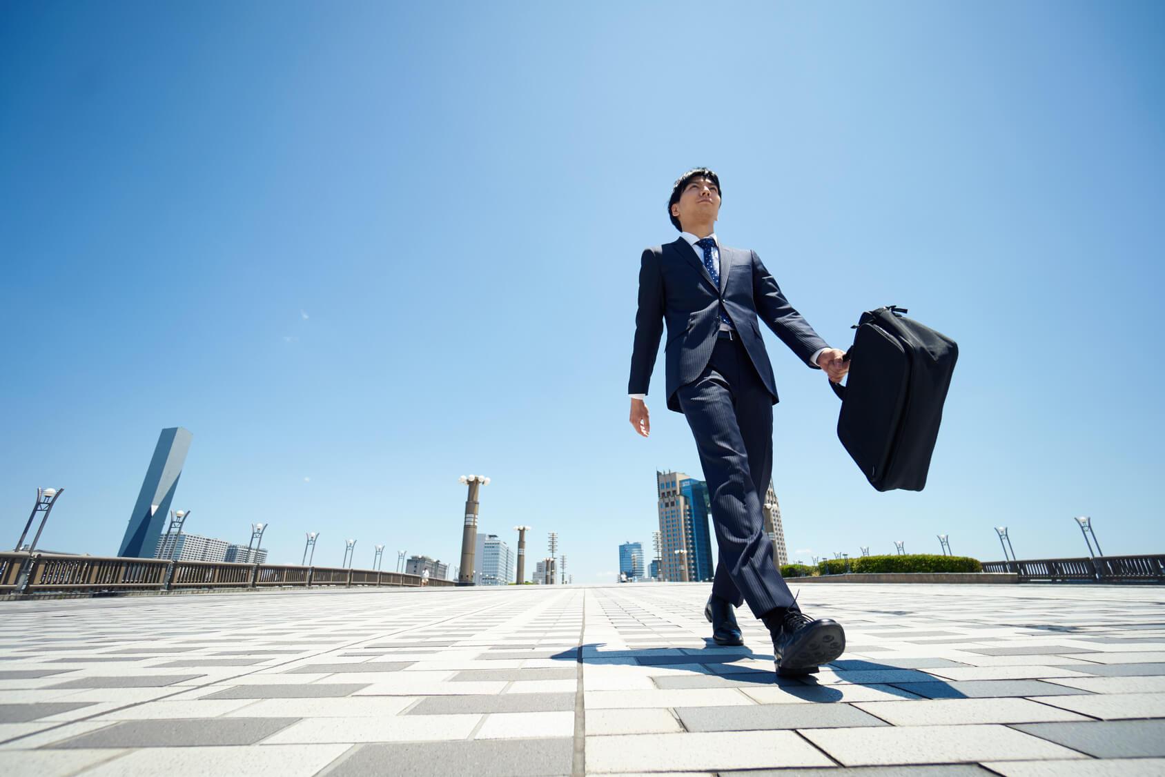 バッグを持ち歩くビジネスマン
