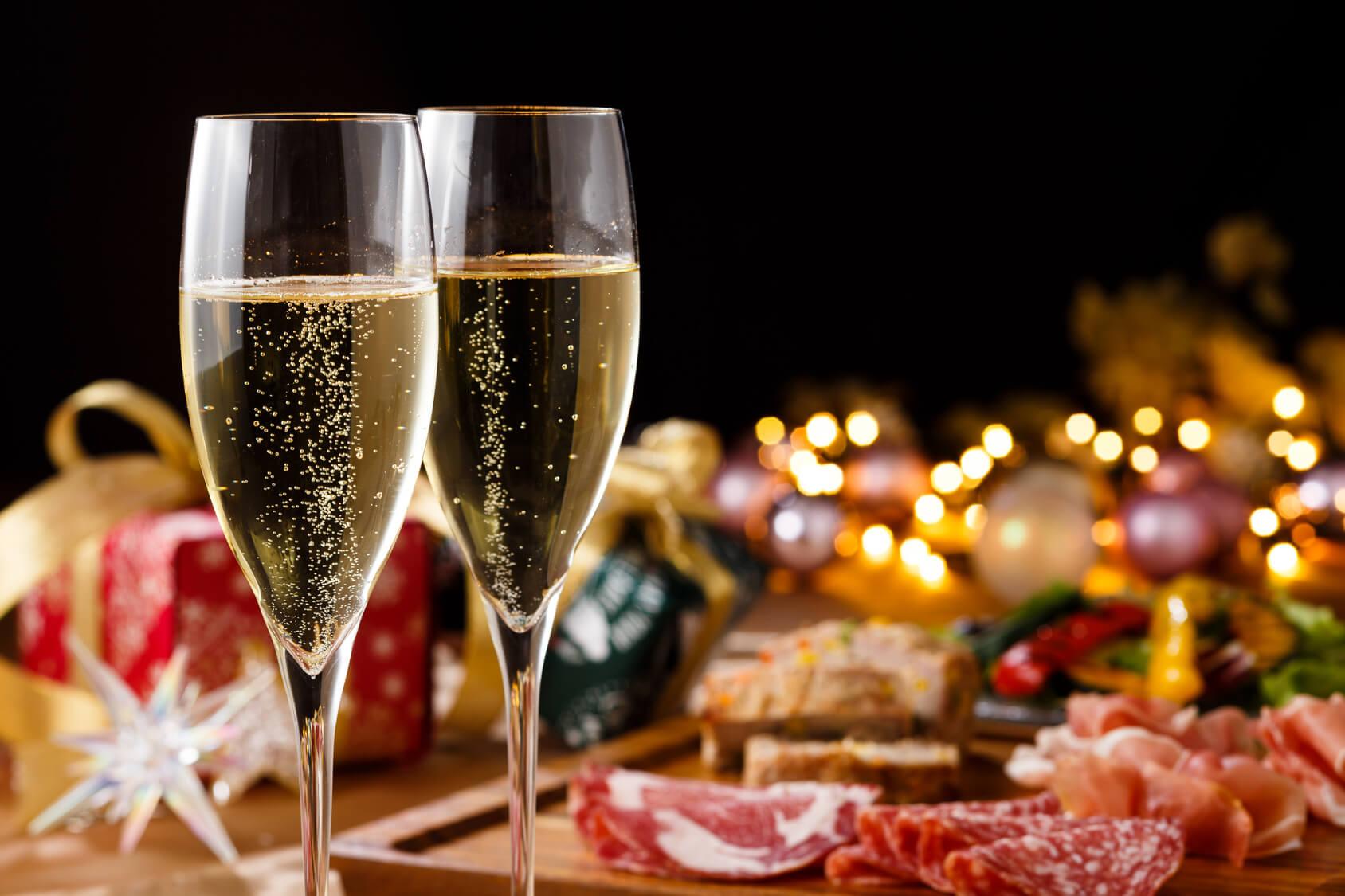 シャンパングラスと肉料理