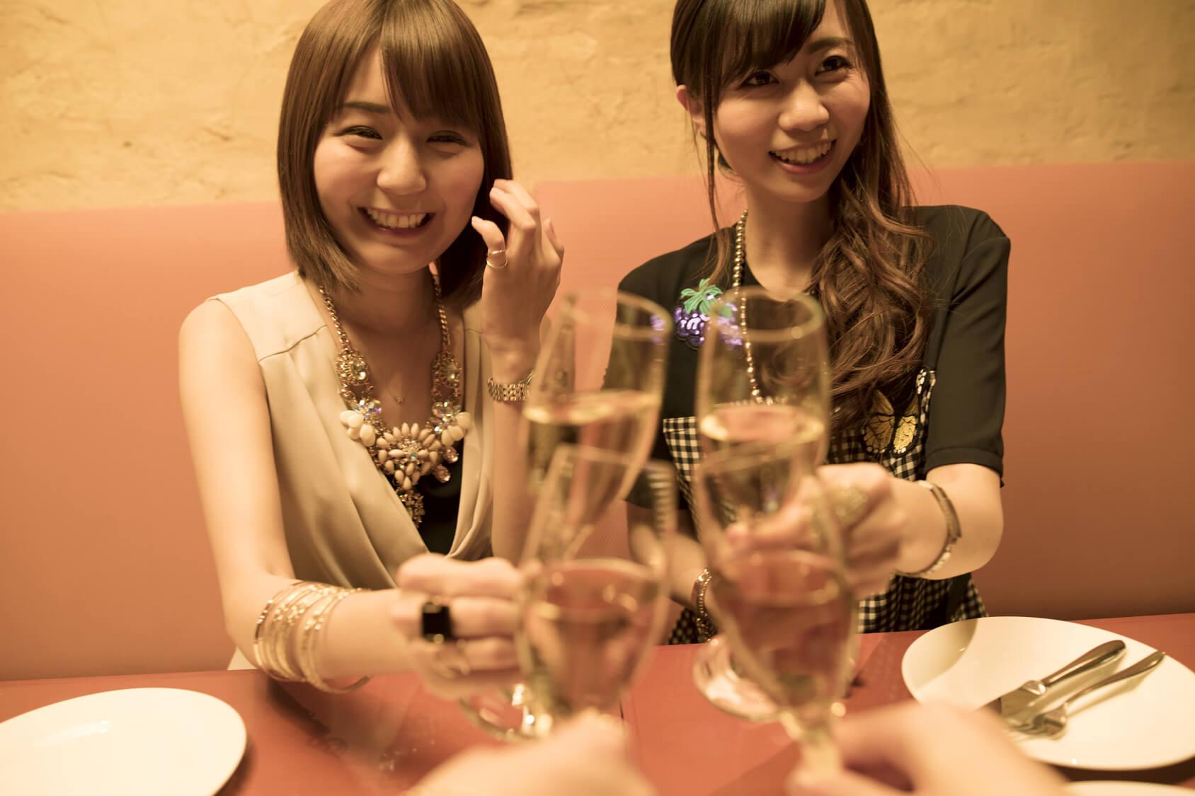 女性2人と乾杯する写真