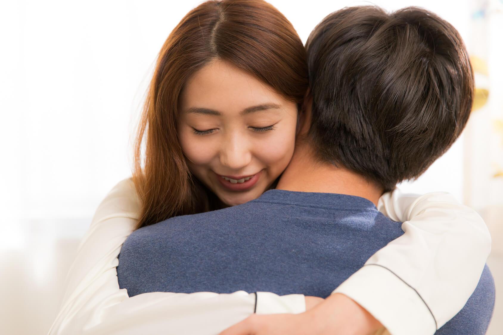 男女が抱き合っている写真